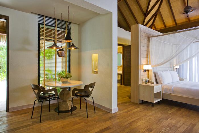 Kamar tidur dan ruang makan di Garden Suite yang bersebelahan.