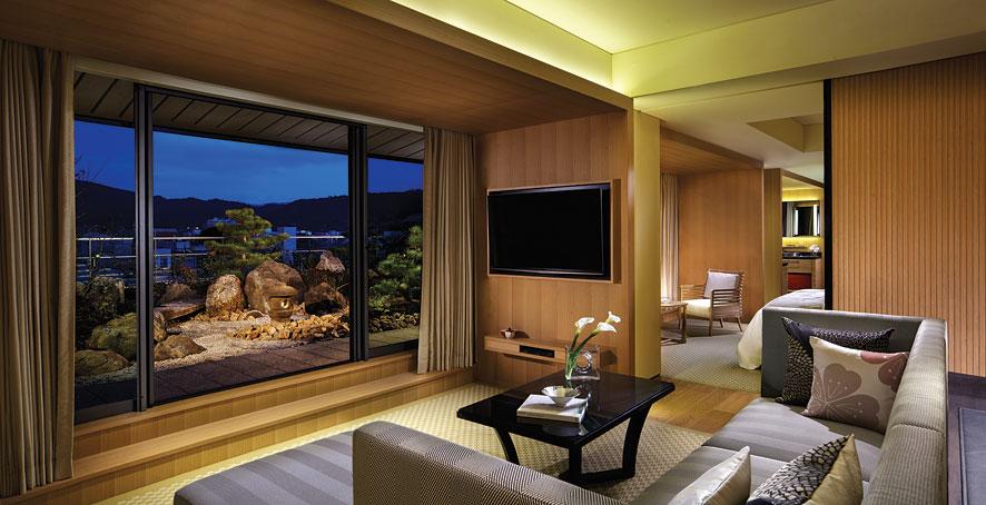 Ada tiga pemandangan yang ditawarkan: Sungai Kamagawa, Pegunungan Higashiyama, dan perkotaan Kyoto.