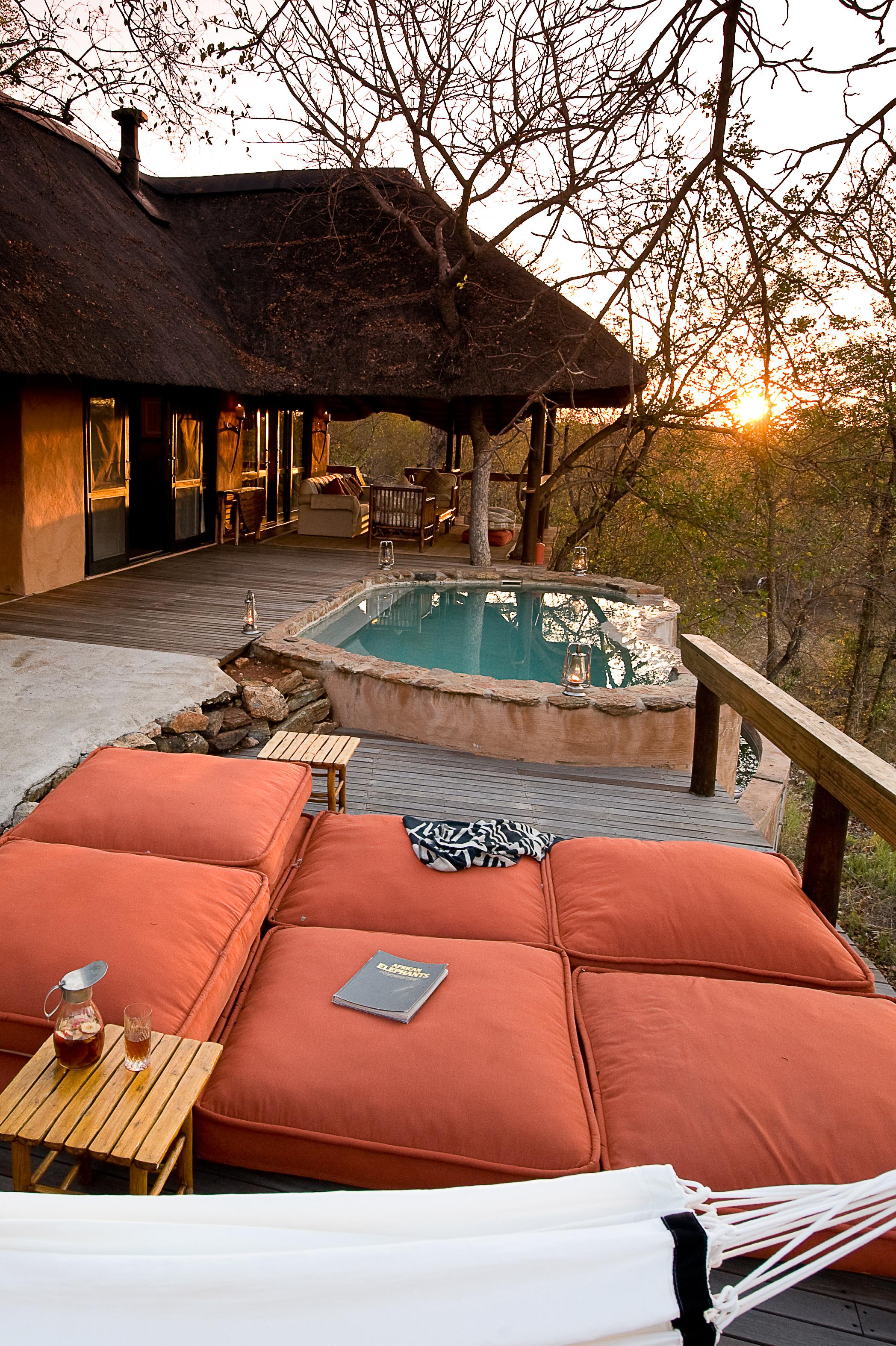 Unit vila di Garonga Safari Camp dengan pemandangan padang savana.