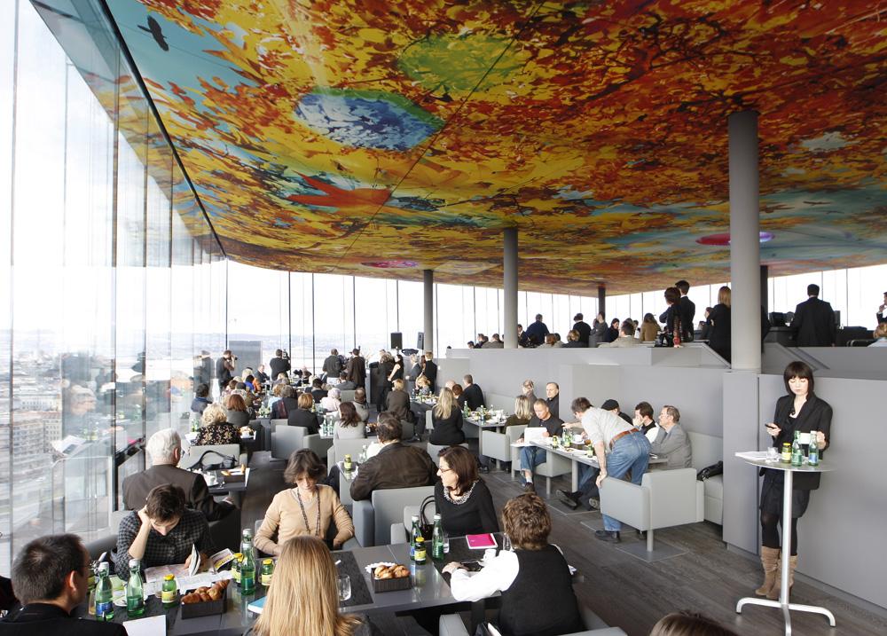 Restoran di puncak Hotel Sofitel yang desainnya kreasi arsitek Prancis, Jean Nouvel.