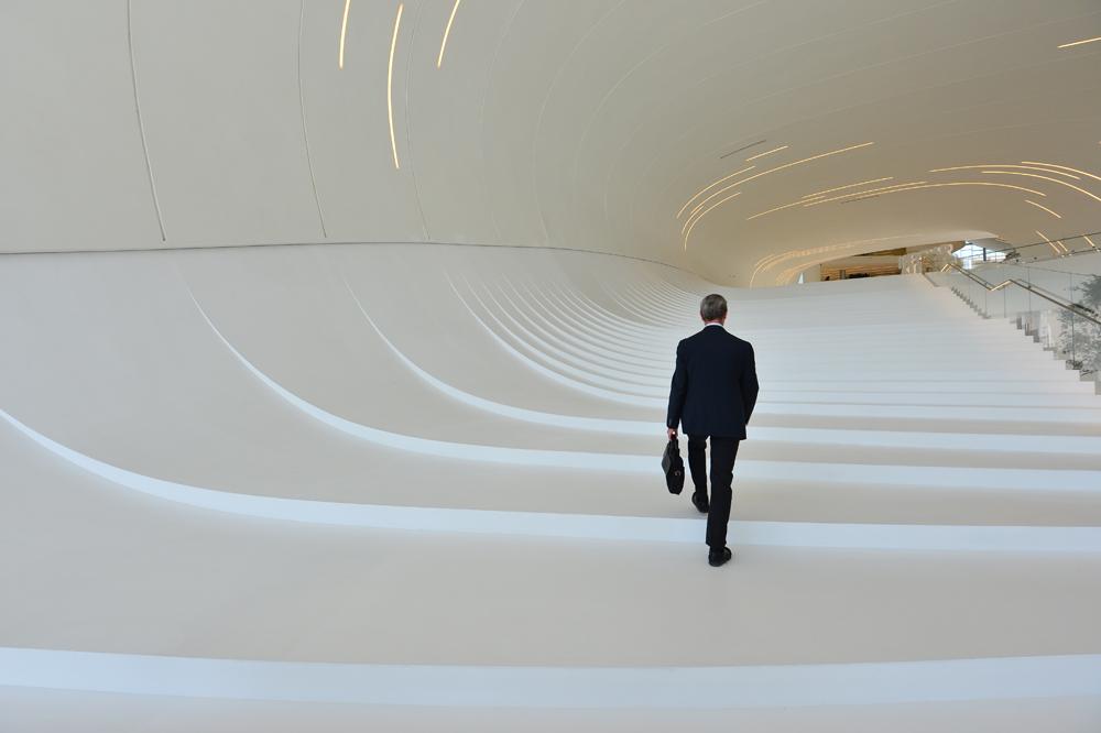 Seorang pengunjung tengah menaiki tangga unik. (Foto: Getty Images)