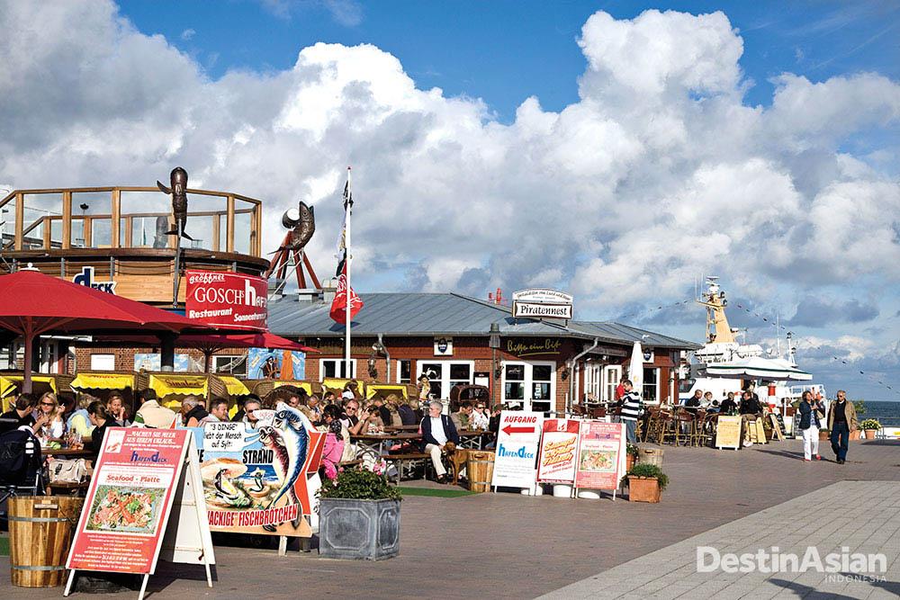 Barisan restoran di List, kawasan yang sempat dikuasai Denmark. (Foto: Getty Images)
