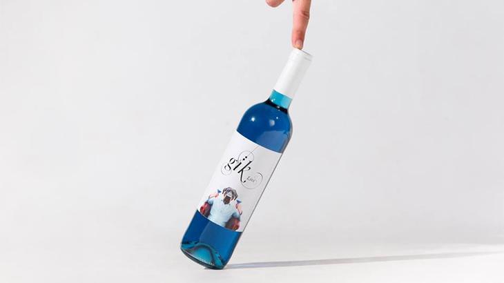 Warna bisa diperoleh dari campuran pigmen kulit anggur dan pewarna makanan organik.