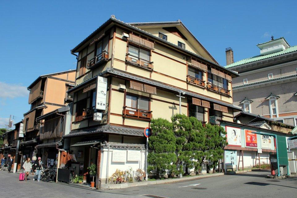 Jasa penerjemah bisa diakses di hotel-hotel termasuk penginapan tradisional seperti di kawasan Gion ini. (Foto: Kyoto Fan)