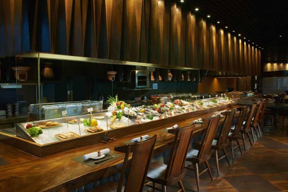 Meja bar dengan beragam pilihan hidangan segar di Yoshi Izakaya.