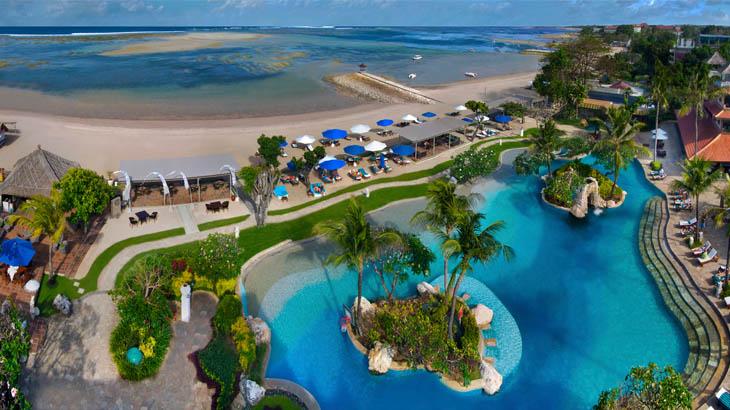 Area kolam renang di Grand Aston Bali.