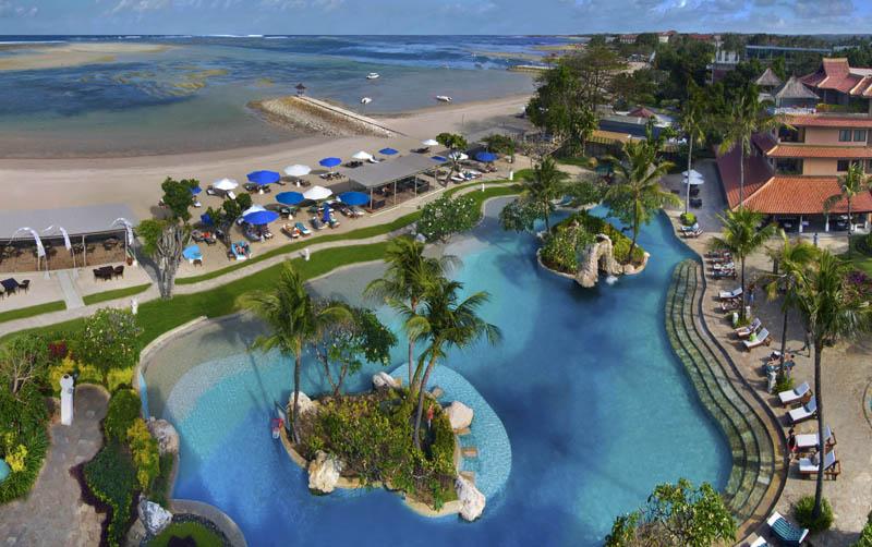 Area kolam renang dan pantai Grand Aston Nusa Dua Bali dilihat dari udara.