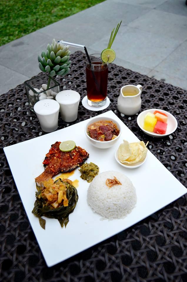 Selain menu internasional, Quick Lunch juga memiliki pilihan hidangan tradisional.