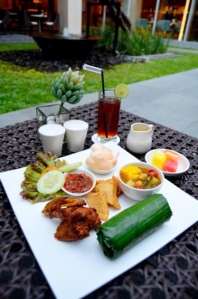 Salah satu hidangan khas Indonesia: Nasi Timbel lengkap dengan sayur asam dan lauk pauk.