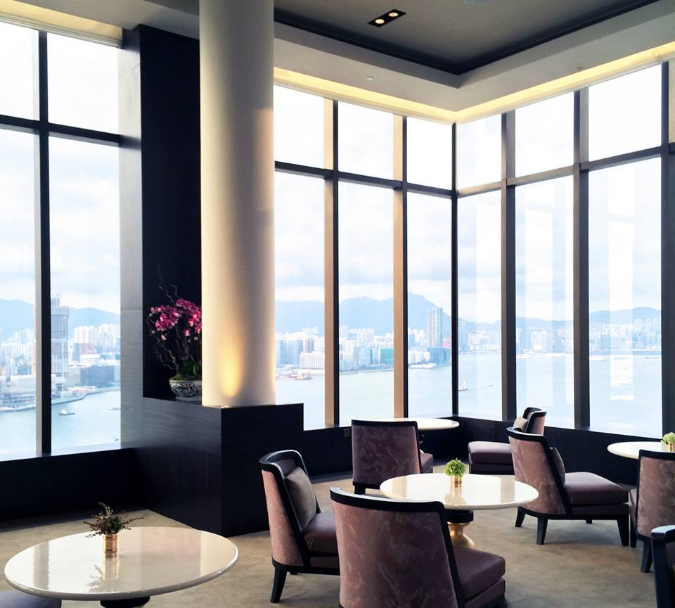 Jendela kaca setinggi 4,6 meter menyajikan pemandangan kota.