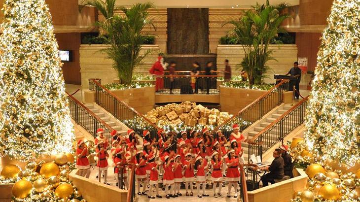 Paduan suara di area lobi Grand Hyatt Jakarta.