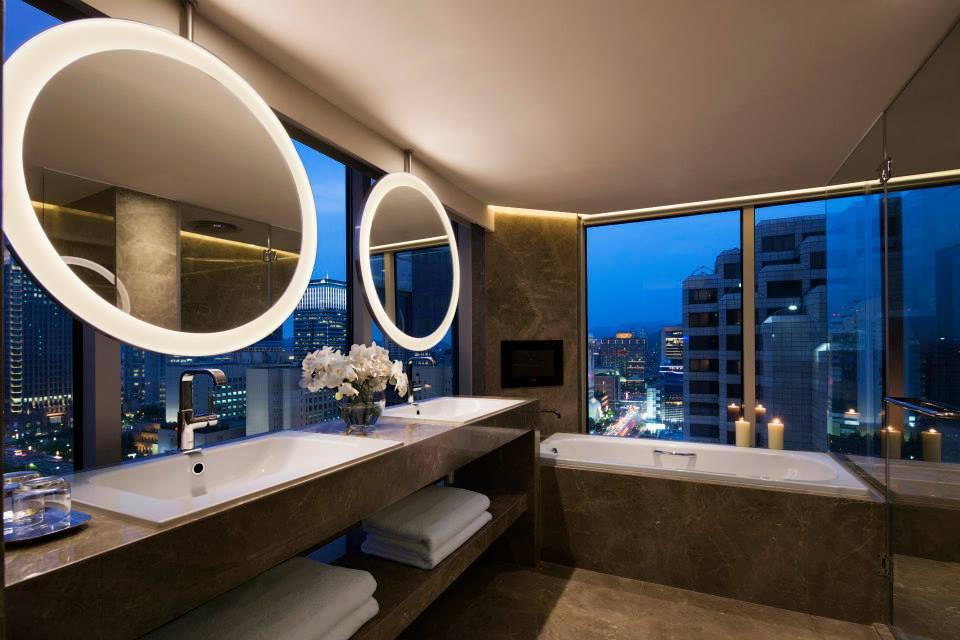 Kamar mandi dibalut marmer elegan, membuang kesan kuno.
