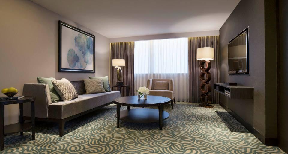 Ruang duduk di kamar tipe Grand Executive Suite.