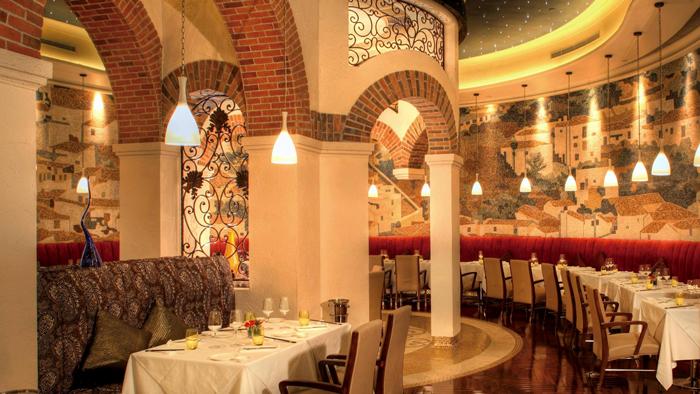 Restoran Albero yang mewah jadi bagian hotel tersebut.