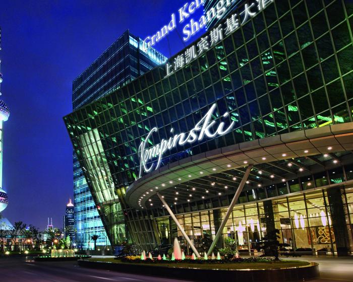 Eksterior Grand Kempinski Shanghai dengan desain yang lebih modern.