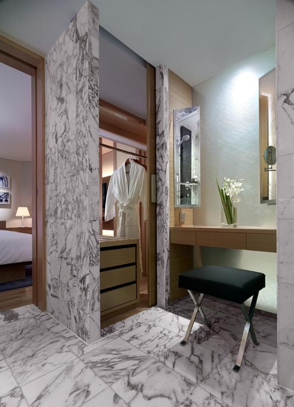 Lemari sekaligus area dandan di kamar Grand Room.