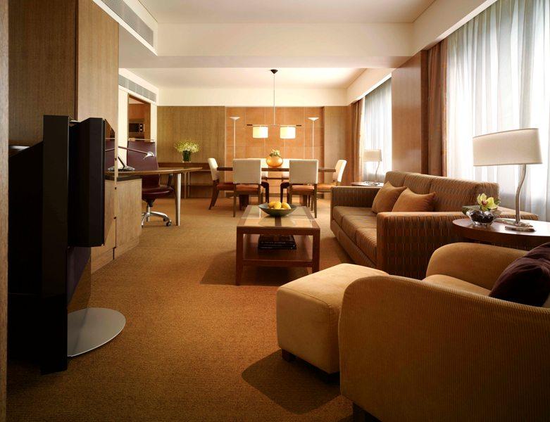 Masing-masing suite dilengkapi dengan ruang tamu terpisah.