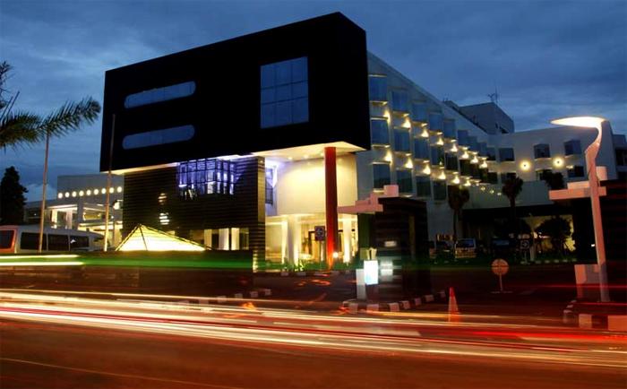 Fasad Hotel grandkemang di malam hari.