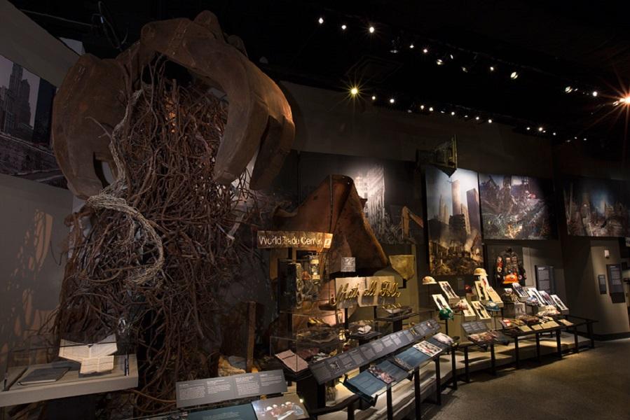 Tangan excavator yang tengah memungut besi menjadi instalasi seni.