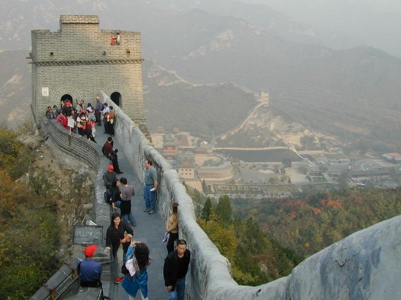 Jutaan pengunjung mendatangi Tembok Besar Cina per tahun. Empat puluh persen di antaranya mencoret tembok tersebut.
