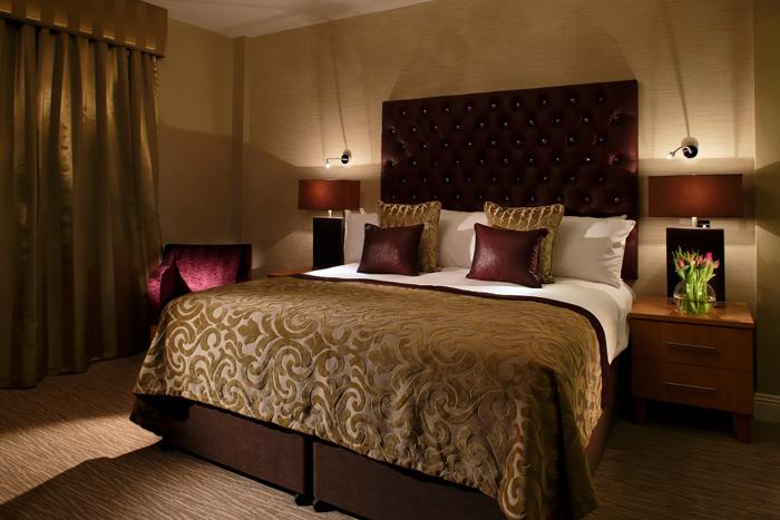 Tempat tidur dengan dekorasi elegan.