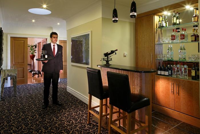 Personal butler selalu siap sedia selama 24 jam untuk membantu tamu.