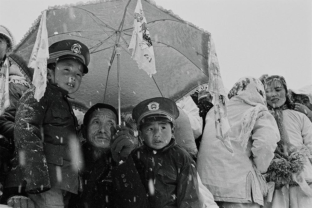 Foto anak kecil dalam seragam tentara di Luochuan, Shanbei tahun 1989 karya Han Lei.