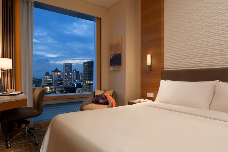 Ukuran kamarnya cukup royal untuk ukuran hotel di Singapura.