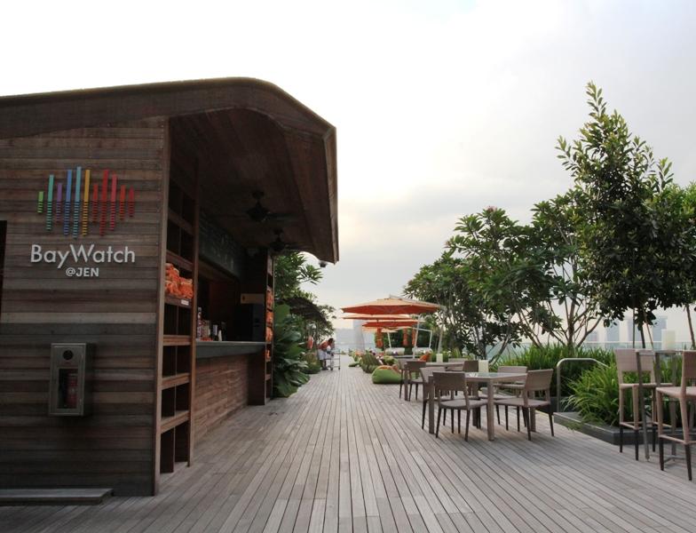 Baywatch, bar rooftop yang siap menyediakan beragam minuman bagi tamu di area kolam renang.
