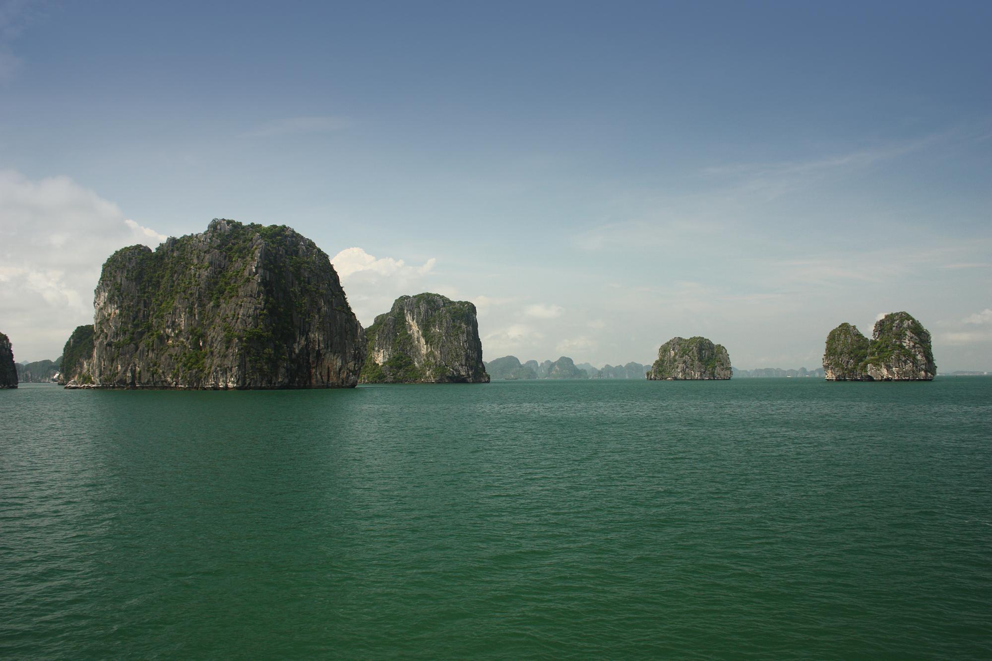 Ha Long Bay, obyek wisata di Vietnam yang sudah terkenal hingga dunia internasional.