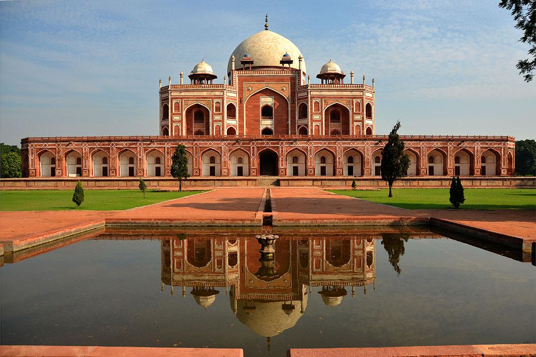 Humayun's Tomb adalah makan Kaisar Humayun yang dibangun jauh sebelum Taj Mahal berdiri.