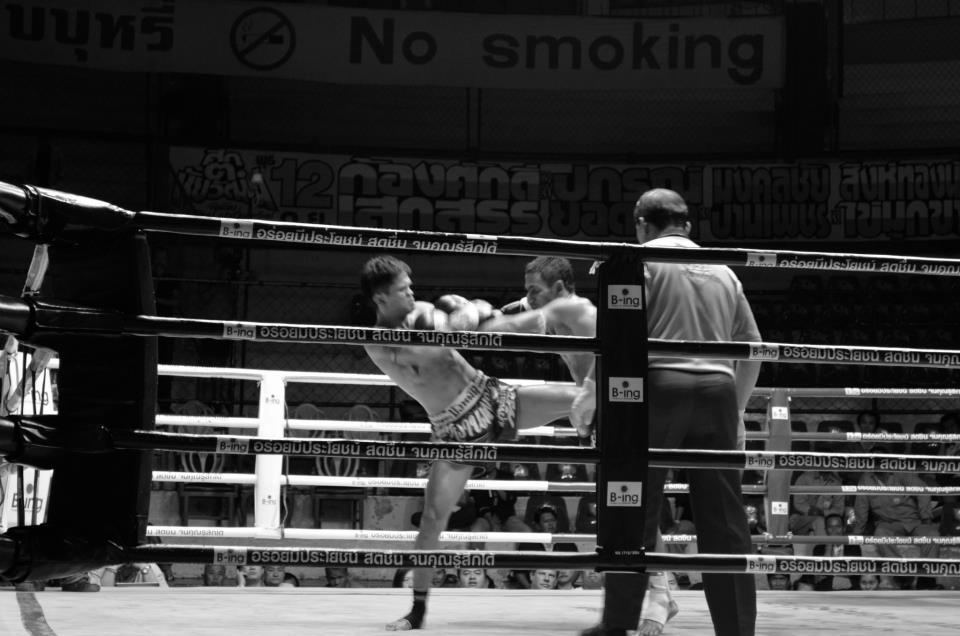 Latihan Muay Thai di paket Thai Kickboxing Package dilakukan di bawah supervisi pelatih profesional.