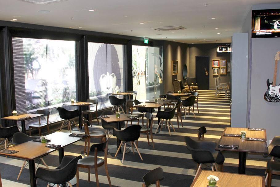 Ruang makan di Rock Royalty dengan desain kontemporer.