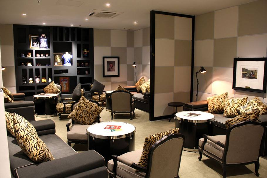 Area lounge tempat tamu bisa menikmati koktail gratis.