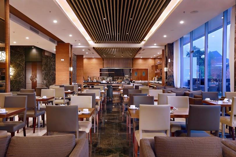 Restoran Rustik Bistro dengan menu sajian lokal dan internasional.