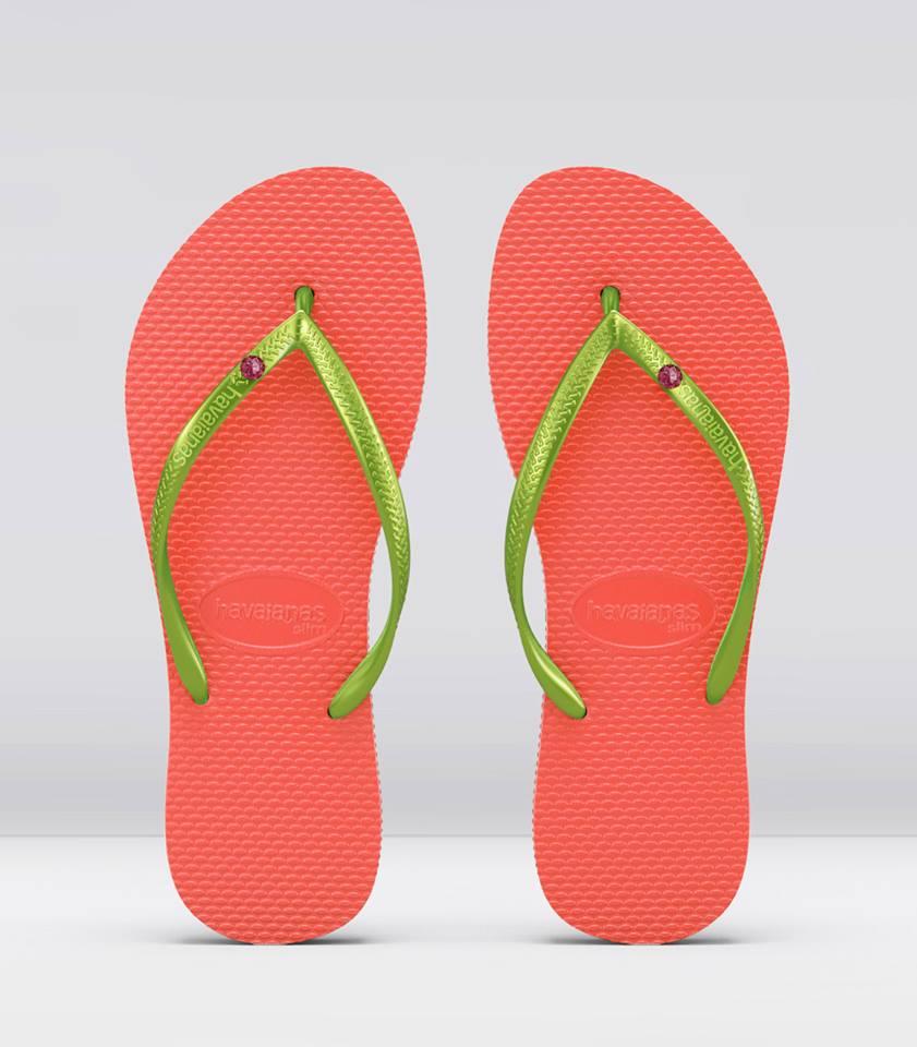 Sandal Havaianas dengan hiasan pin Swarovski.