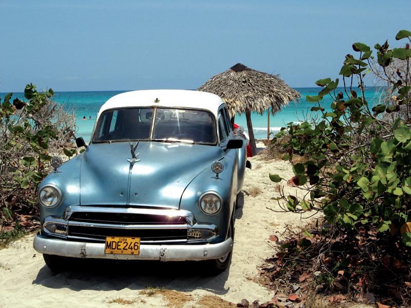 Pantai biru Havana, Kuba dan kehadiran mobil-mobil kuno.