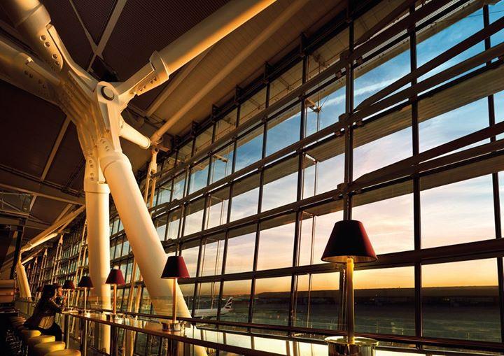 Bandara Heathrow London termasuk bandara paling sibuk di Eropa.