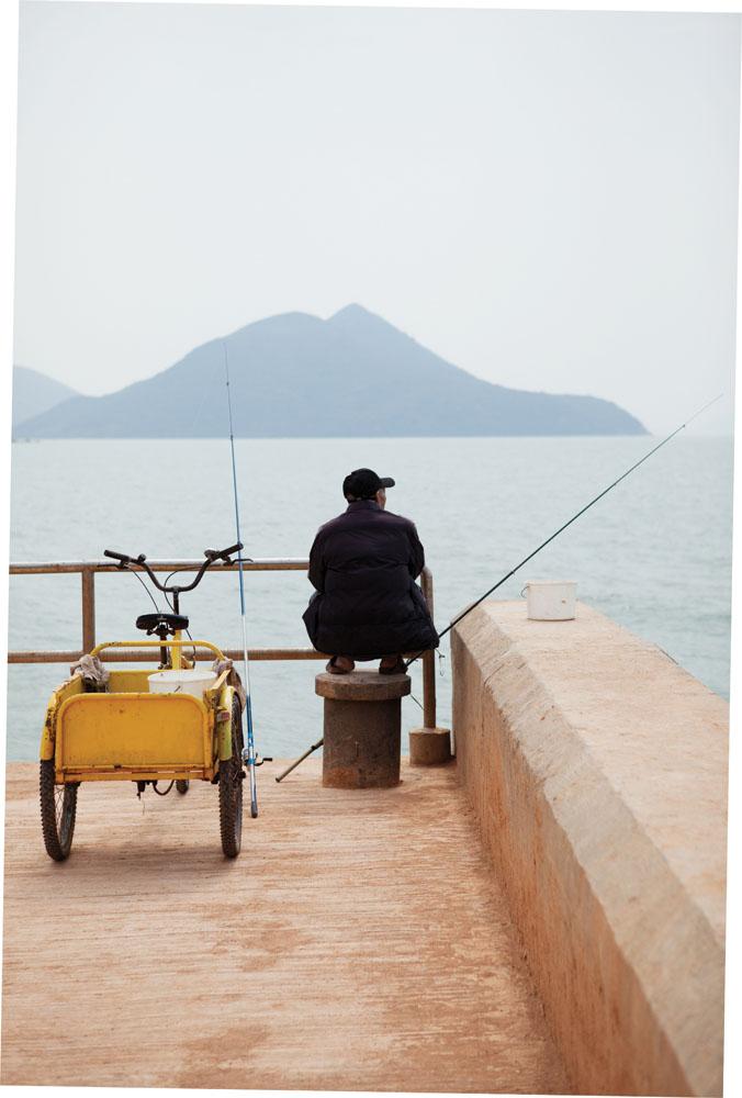 Seorang nelayan menanti ikan yang kian jarang di Dermaga Tsai Po, tempat feri antar pulau bersandar.