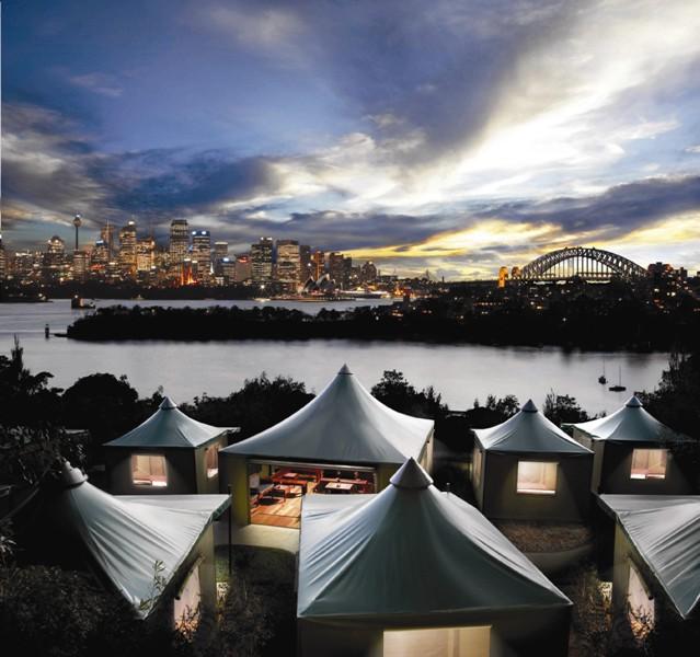 Tenda-tenda dengan fasiltas premium dan pemandangan kota Sydney.