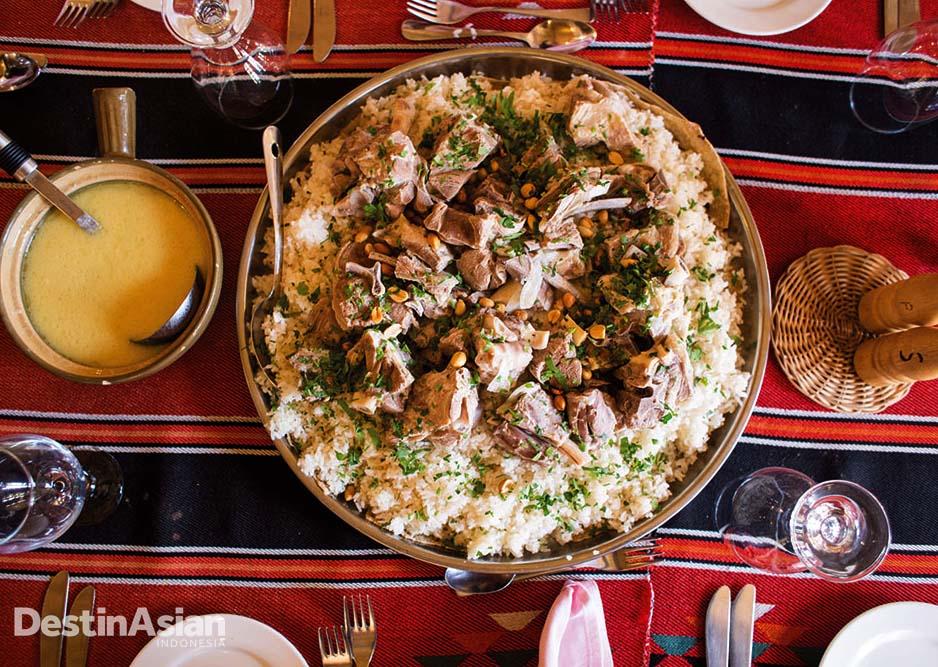 Hidangan khas Timur Tengah di salah satu restoran di Yordania.