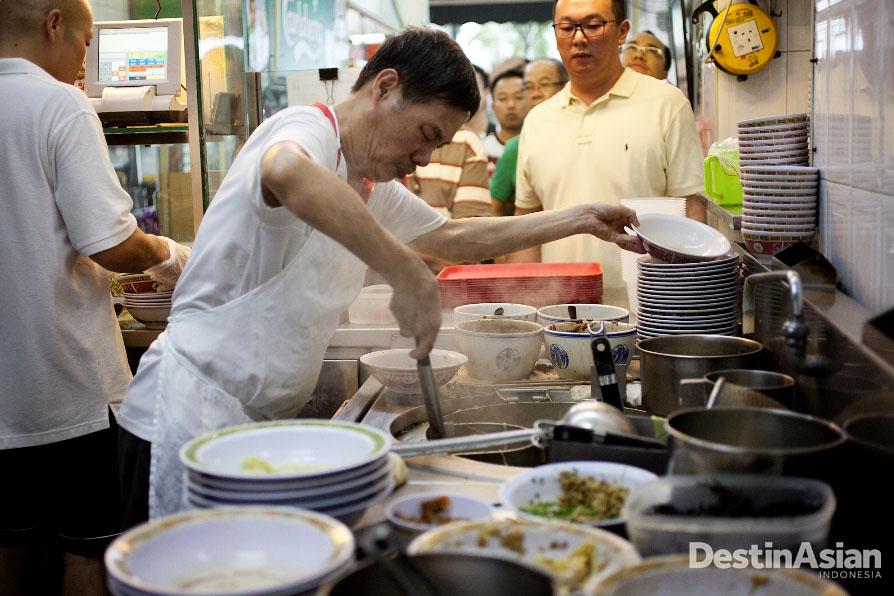 Suasana dapur Hill Street Tai Hwa Pork Noodle dengan pembeli yang membeludak.