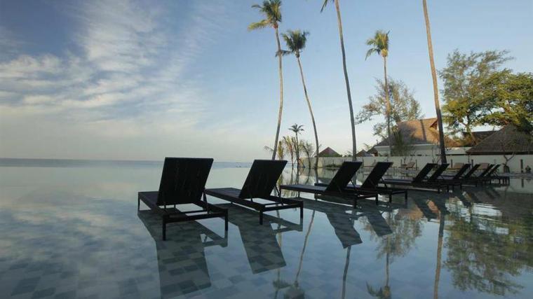 Area bersantai di Hilton Ngapali Resort & Spa, properti terbaru Hilton di Myanmar.
