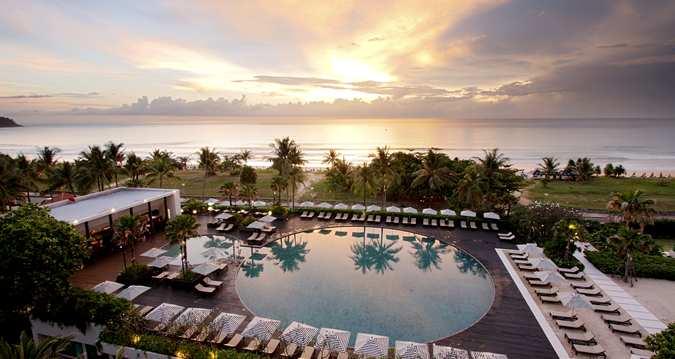 Kolam renang dengan pemandangan matahari terbenam di Hilton Phuket Arcadia.