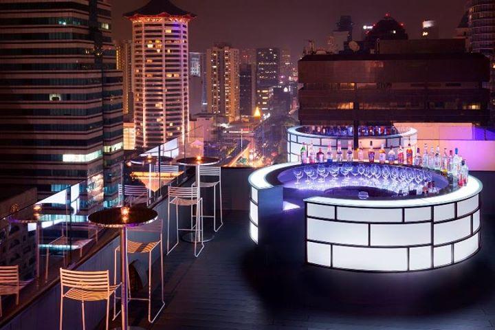 Bar rooftop il Cielo di Hilton Singapura menyajikan makanan khas Italia dan minuman koktail.