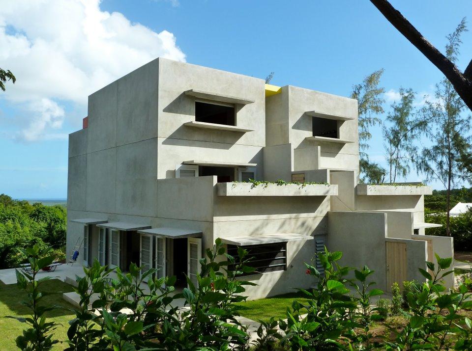 Atap Hix Island House dipenuhi panel-panel tenaga surya untuk menghidupi hotel ini.