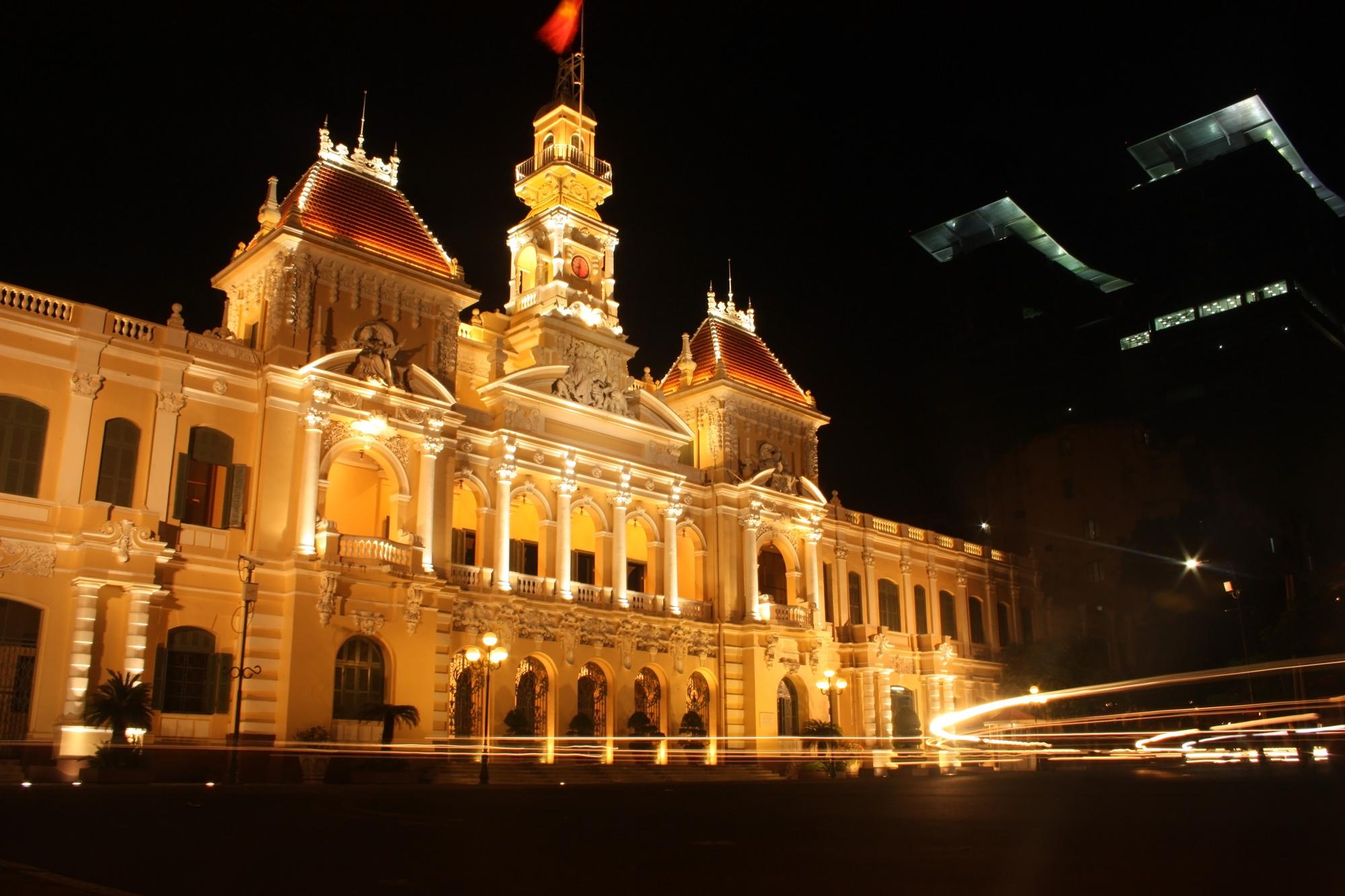Balai Kota Ho Chi Minh City di malam hari.