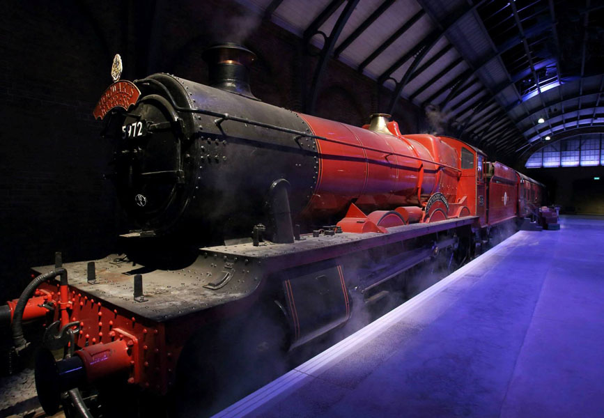 Kereta Hogwarts Express adalah properti asli yang digunakan untuk syuting film Harry Potter. (Foto: Warner Bros. Studio Tour London)