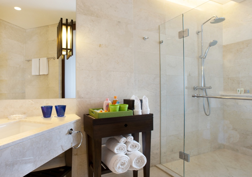 Di kamar untuk keluarga dilengkapi dengan peralatan mandi untuk anak-anak.