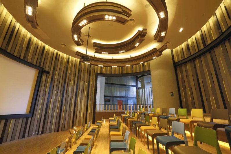 Auditorium yang bisa digunakan untuk kuliah, seminar, maupun konser mini.